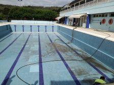 Des d'ahir mateix s'està procedint al buidatge i la neteja de la piscina